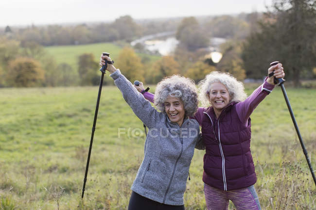 Porträt zuversichtlich, begeisterte aktive Frauen in Führungspositionen Freunde Wandern mit Stöcken im ländlichen Bereich — Stockfoto