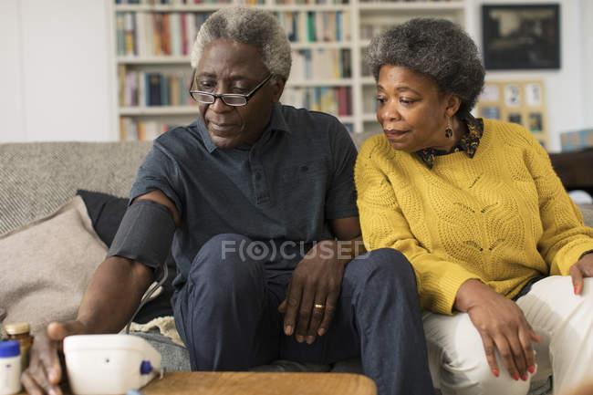 Seniorenpaar überprüft Blutdruck — Stockfoto
