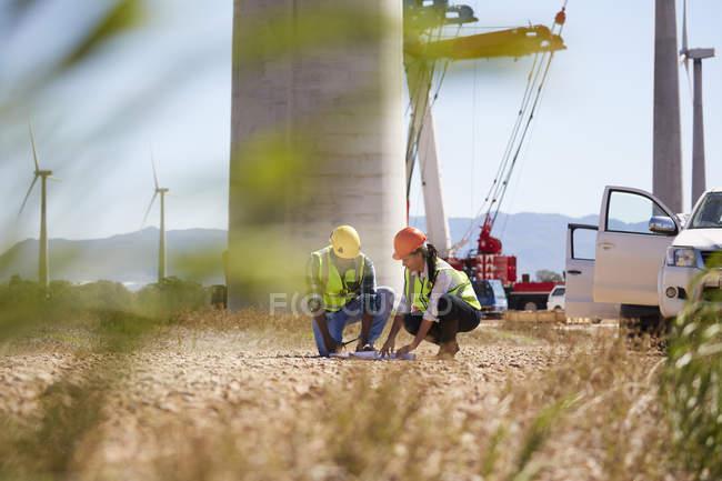 Инженеры, пересмотр планов на Парогазовая установка — стоковое фото
