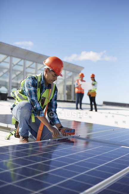 Engineer testing solar panel at power plant — Stock Photo