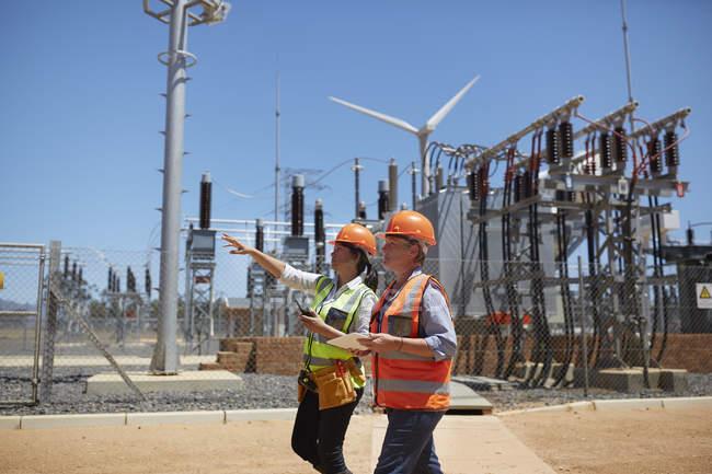 Ingegnere donna con tablet digitale alla centrale solare — Foto stock