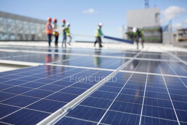 Panneaux solaires à la centrale solaire — Photo de stock