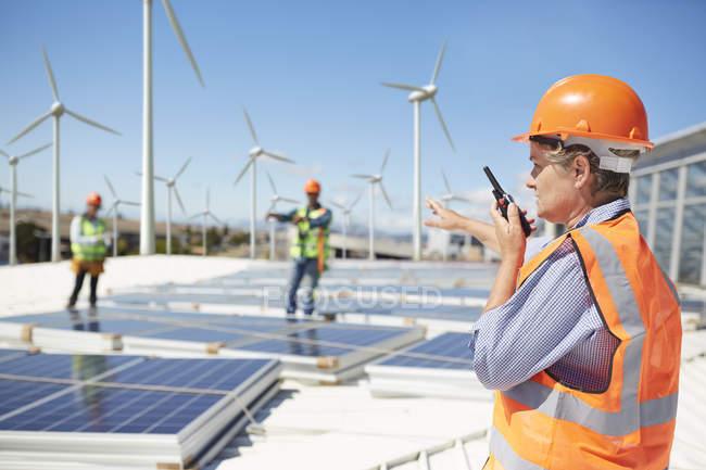 Женщины инженер, используя рации на электростанции, альтернативных источников энергии — стоковое фото