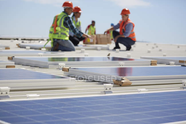 Engineers installing solar panels at sunny power plant — Stock Photo