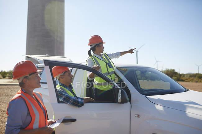 Инженеры на грузовик на Солнечный ветер турбины электростанции — стоковое фото