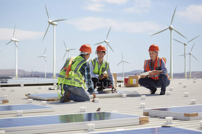 Engineers installing solar panels at alternative energy power plant — Stock Photo