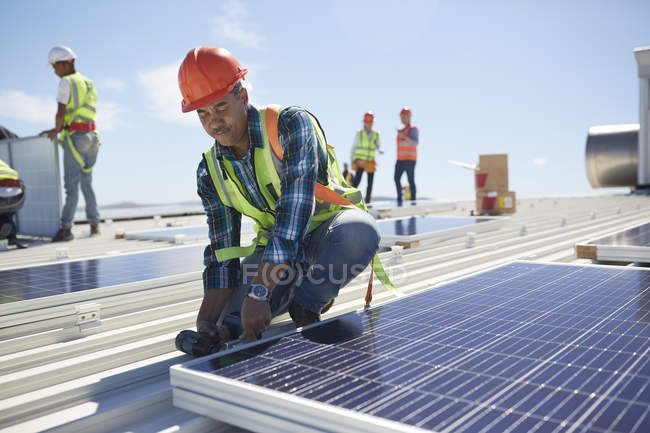 Engineer installing solar panels at sunny power plant — Stock Photo