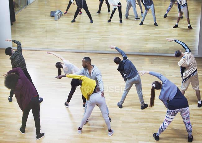 Istruttore di guidare gli studenti nello studio della classe di danza — Foto stock