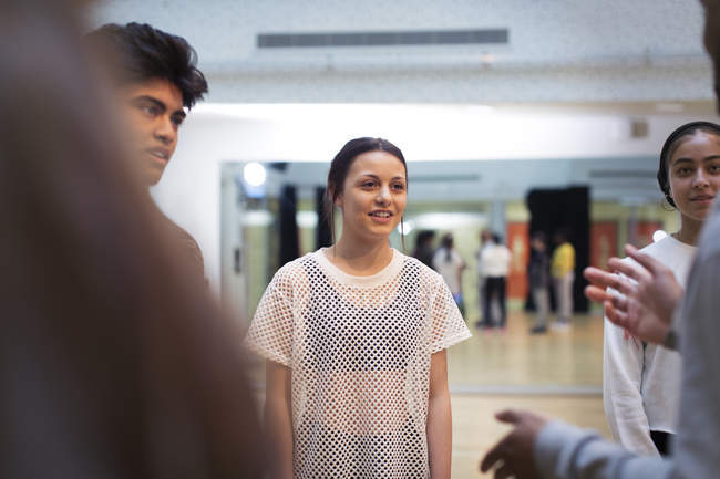 Teenagers talking in dance class studio — Stock Photo