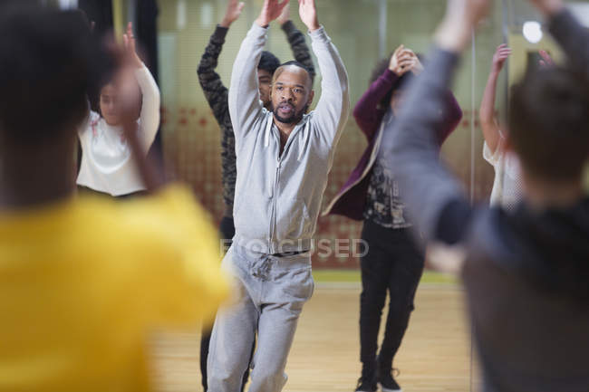 Focused male instructor leading dance class in studio — Stock Photo