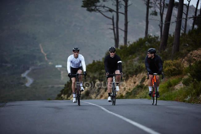 Чоловічий велосипедистів їзда на велосипеді на гірській дорозі — стокове фото