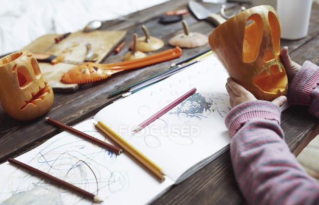 Menina criativa esculpindo abóboras de Halloween — Fotografia de Stock