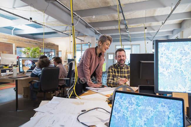 Gens d'affaires créatives travaillant au bureau de plan ouvert — Photo de stock