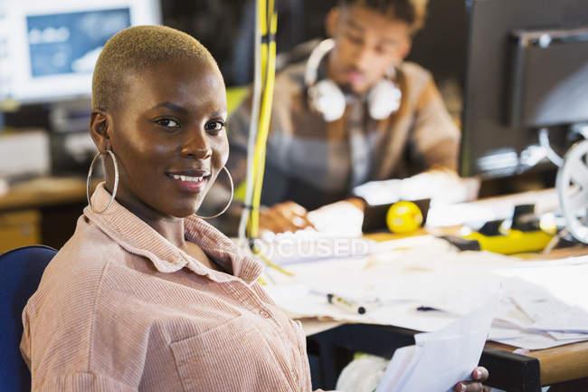 Porträt lächelnde, selbstbewusste kreative Geschäftsfrau im Amt — Stockfoto