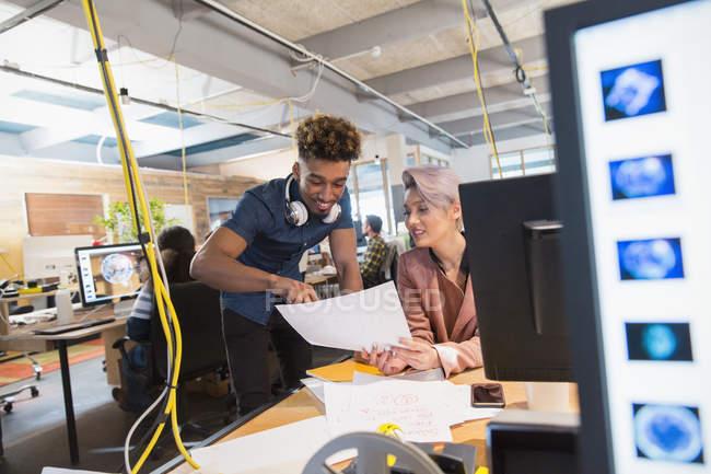 Gens d'affaires créatives discutant des formalités administratives au bureau — Photo de stock