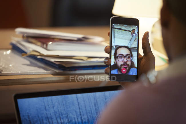 Uomo d'affari chat video con collega sullo smart phone — Foto stock