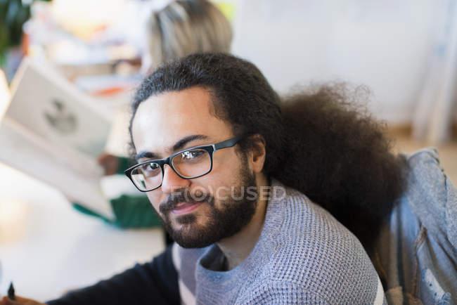 Портрет улыбаясь, уверен бизнесмен в очках — стоковое фото