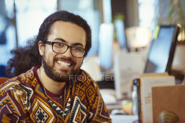 Ritratto sorridente, uomo d'affari creativo fiducioso — Foto stock