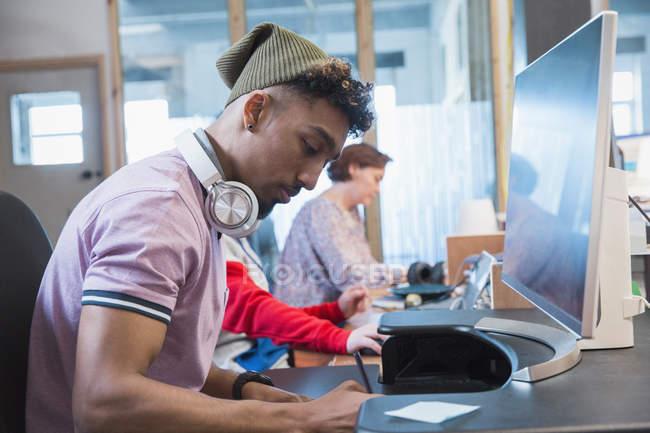 Konzentrierte sich kreative Unternehmer arbeiten am Computer im Büro — Stockfoto