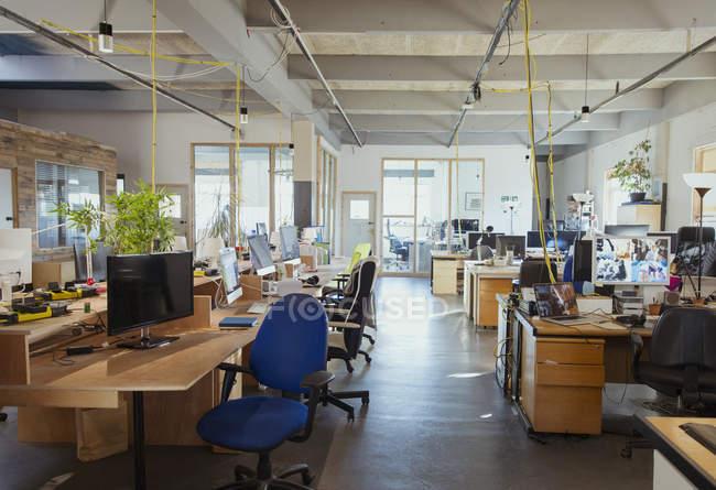 Scrivania in ufficio moderno open space — Foto stock