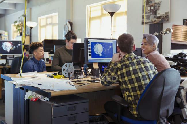 Création d'entreprise personnes travaillant à l'ordinateur en open plan Bureau — Photo de stock