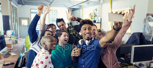 Команда увлеченных творческой бизнес принимая selfie в офисе — стоковое фото