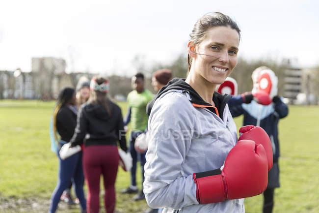Retrato sorrindo, mulher confiante boxe no parque verde — Fotografia de Stock