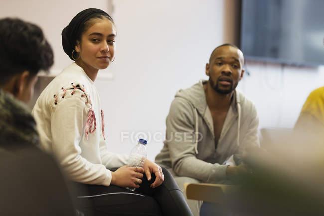Подростки и учителя говорят в общинный центр — стоковое фото