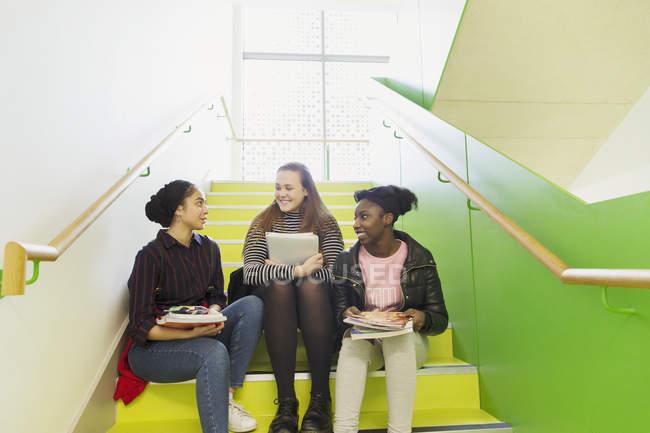 Ragazze delle scuole superiori ne sulle scale — Foto stock