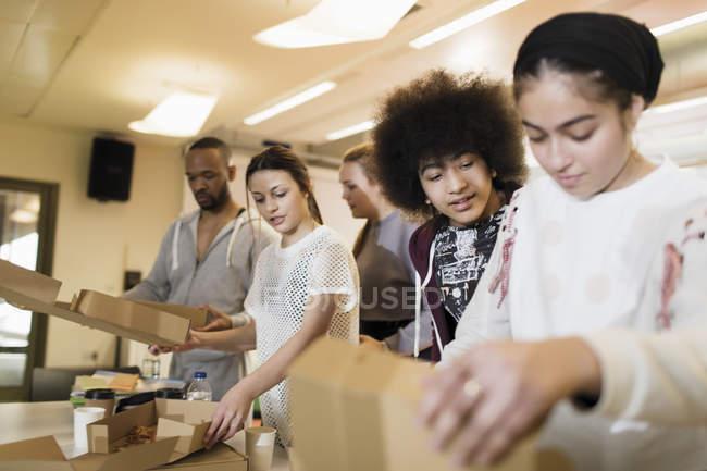 Comendo pizza no centro comunitário de adolescentes — Fotografia de Stock