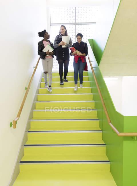Alta scuola ragazze scendere le scale — Foto stock