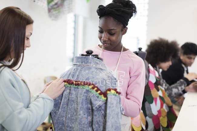 Девочек-подростков, проектирование джинсовая куртка в моде дизайн класса — стоковое фото