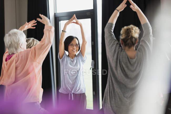 Aktive Senioren Gymnastik im Kreis, Strecken die Arme — Stockfoto