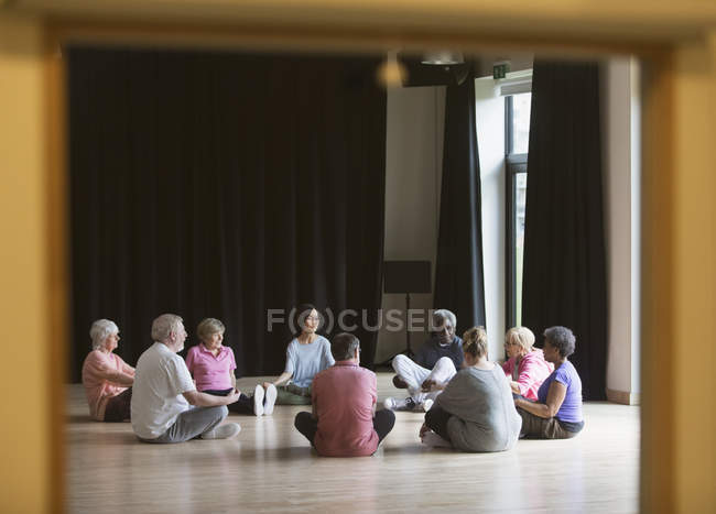 Активных пожилых, медитируя в круг — стоковое фото