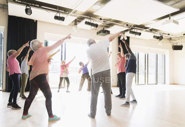 Aktive Senioren tanzen, trainieren und stretching im Kreis — Stockfoto