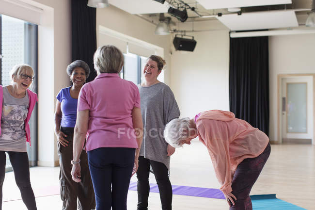 Active seniors talking after exercise class — Stock Photo