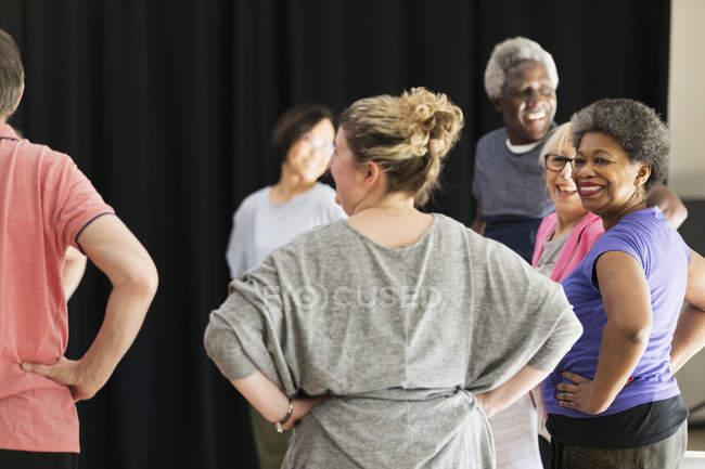 Улыбаясь активных пожилых людей, осуществляющих в круге — стоковое фото