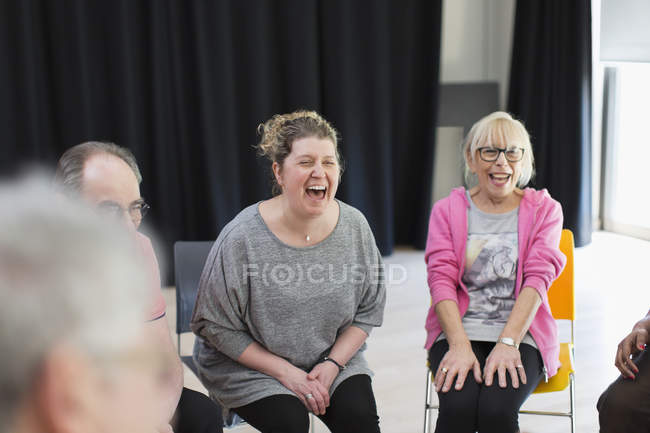 Женщины, смеется в общинный центр — стоковое фото