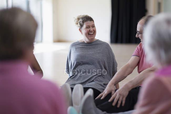 Lachen, Trainer und aktive Senioren Übung stretching Beine in zur Vorlesung — Stockfoto