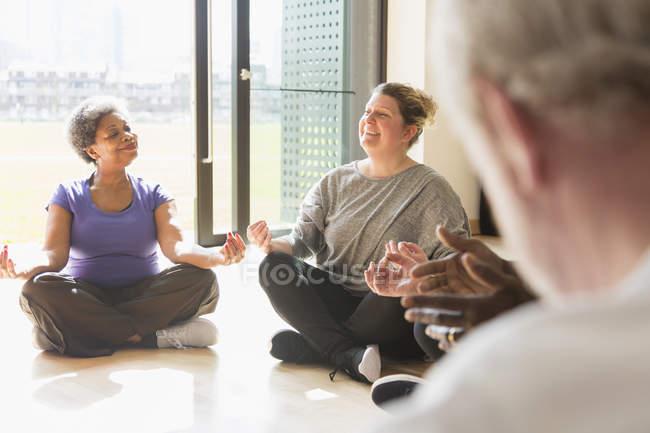 Lächelnd, ruhige Frauen meditieren im sonnigen Fenster — Stockfoto