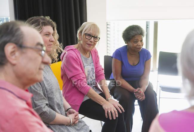Active seniors talking in community center — Stock Photo