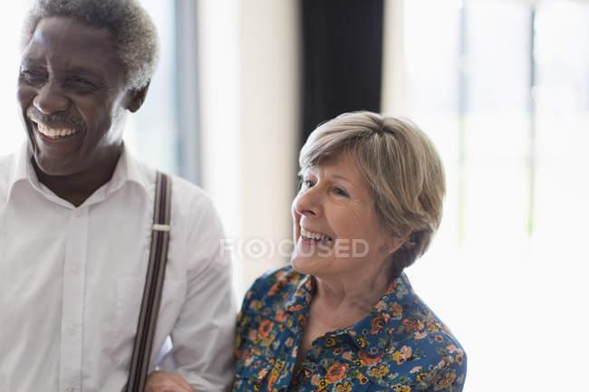 Glückliches Seniorenpaar drinnen — Stockfoto