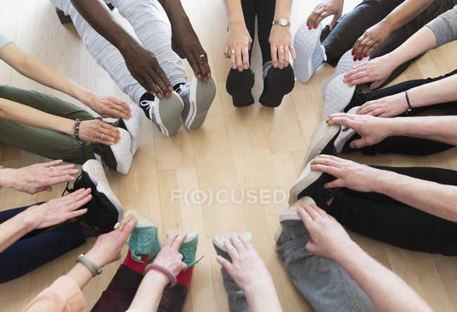 Активных пожилых, растяжение ноги в круге — стоковое фото