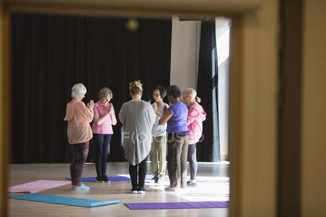 Gelassene aktive Senioren praktizieren Yoga im Kreis — Stockfoto