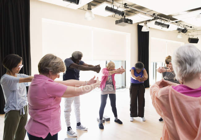 Aktive Senioren Training, stretching Arme und Rücken im Kreis — Stockfoto
