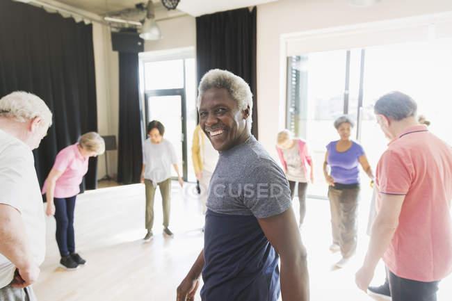 Портрет, посміхаючись, впевнено старший чоловік фізичних вправ у колі — стокове фото