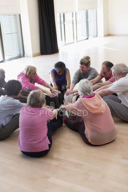 Aktive Senioren, die Beine im Kreis — Stockfoto