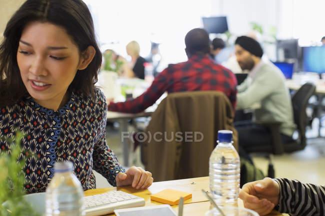 Предпринимательница, работающая в офисе — стоковое фото