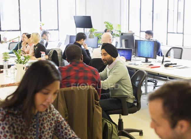 Комп'ютер програмістів, що працюють у кабінеті відкритого планування — стокове фото