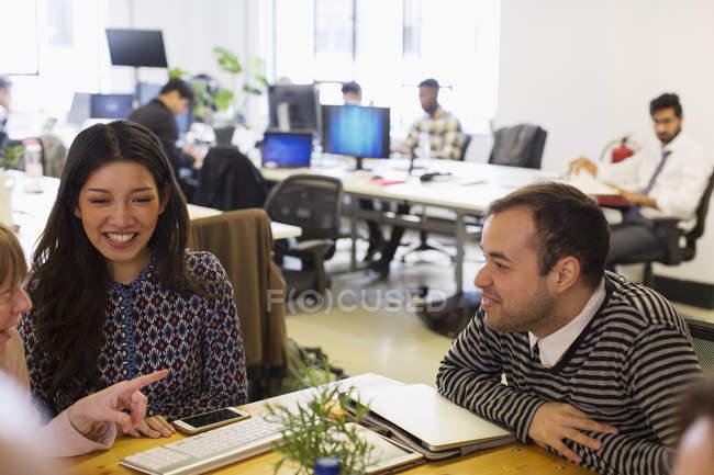 Ділових людей говорити в офісі зустрічі — стокове фото